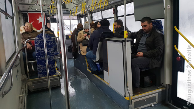 Konduktorius Turkijos Ankaros miesto autobuse. Algoms kylant ir vystantis technologijoms jų vis mažiau: keičia visokie bilietų automatai