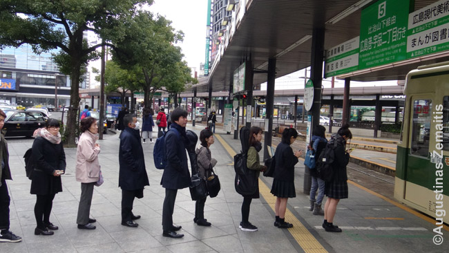 Tvarkinga eilė prie Japonijos traukinio. Kaip lipama į viešąjį transportą irgi daug pasako apie vietos kultūrą
