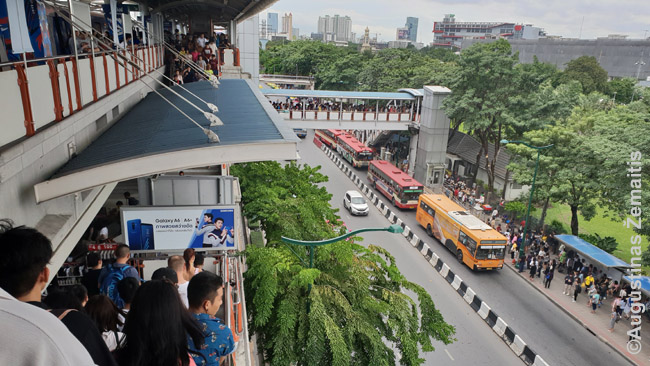 Autobusai žvelgiant iš metro stotelės Bankoke