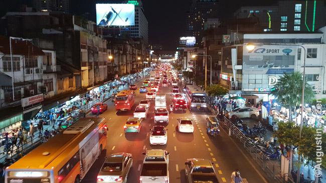 Baisiame kamštyje stringantys Bankoko miesto autobusai