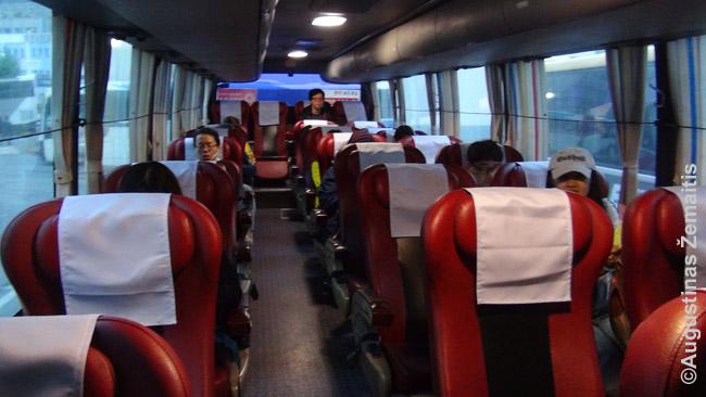 Pietų Korėjoje įprasta, kad autobusuose tėra trys sėdynės į plotį, vietos daug