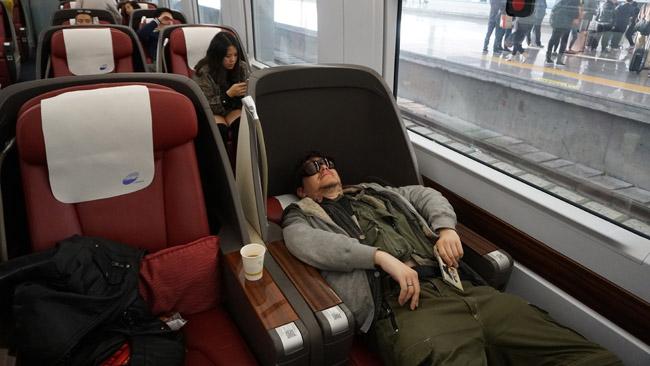 Traukinio verslo klasė Kinijos geležinkeliuose. Mokėti kelis kartus brangiau, mano nuomone, neverta - tačiau kartą išbandyti buvo įdomu, kad sužinoti, kokios paslaugos prieinamos šiandieninės Kinijos elitui. Darant šią nuotrauką, žmogus už mano nugaros užsidengė veidą.