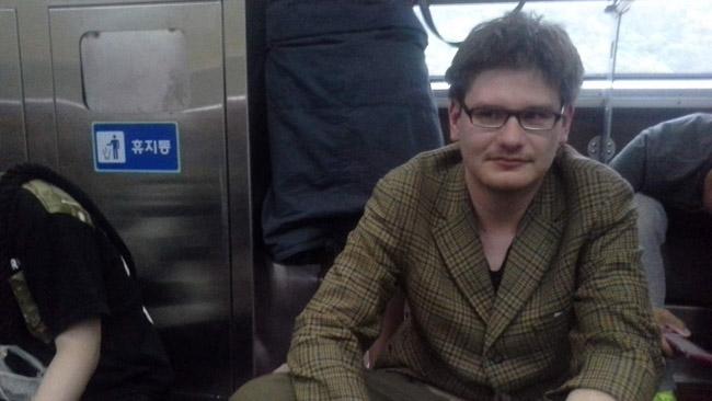 Neturėdamas rezervuotos vietos, Pietų Korėjos traukinyje sėdžiu ant žemės. Tai dažniausiai galima