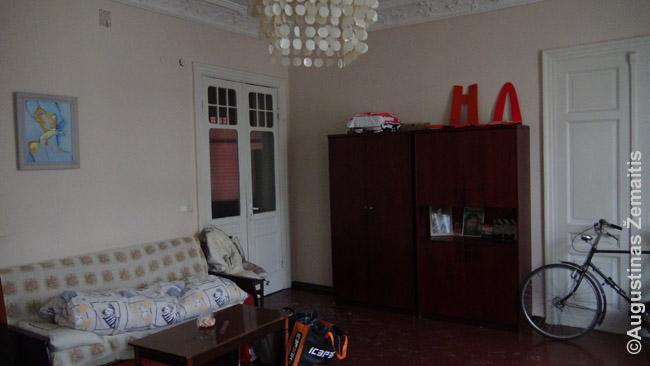 Į svečiams nuomojamą kambarį Rygoje žiemai šeimininkas atitempęs savo dviratį