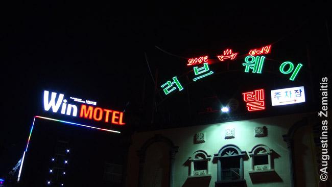 Ieškant viešbučių užsienyje verta pasimokyti žodžio 'viešbutis' ir pan. vietos kalba. Pietų Korėjoje, pavyzdžiui, daug iškabų, kaip dešinioji, yra vietos raštu, o lotynų raštu tik mažesnės arba jų visai nėra