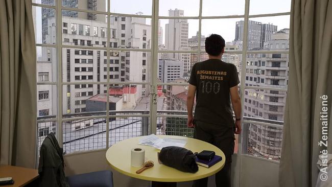 San Paulo centras - blogas rajonas. Todėl čia išsinuomoti istorinį butą kainavo kaip kitur tame mieste - kambarį be tualeto. Iš pažiūros sunkiai pasakytum: seni, gražūs namai. Bet grįžtant namo nuo metro stotelės elgetos kabinosi net keturis kartus, o kai kurie vietiniai pažįstami net bijojo į rajoną atvažiuoti