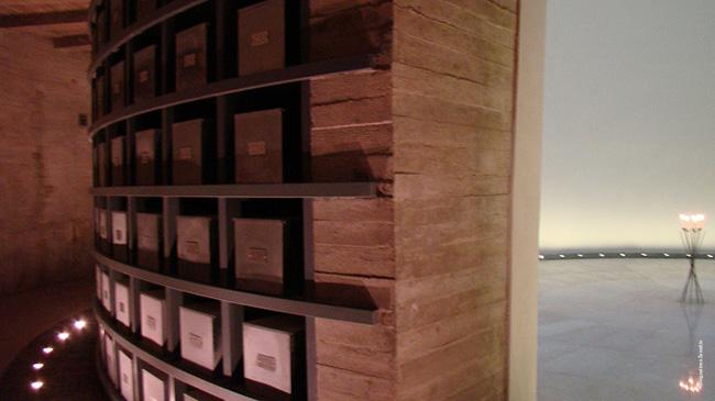 Tuskulėnų kolumbariumo fragmentas - simbolinės čia užkastų aukų urnos, centre - balta erdvė. Nuotraukos sunkiai perteikia visą atmosferą viduje