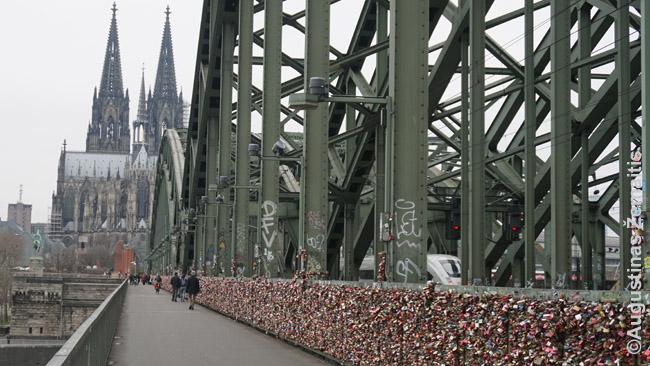 Tik maža dalis visų porelių spynelių ant Kelno Hohenzollern tilto