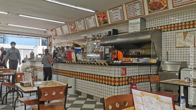 Tipinė Brazilijos lančonetė. Jų net stilius labai panašus - kone visos įrengtos su plytelėmis, pusiau atvira virtuvė prie įėjimo ir sėdėjimas giliau