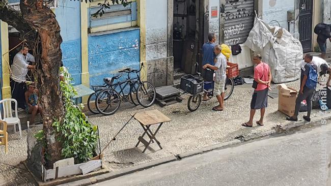 Konfliktas Rio de Žaneiro centro gatvėse (vyras ir moteris kairėje)